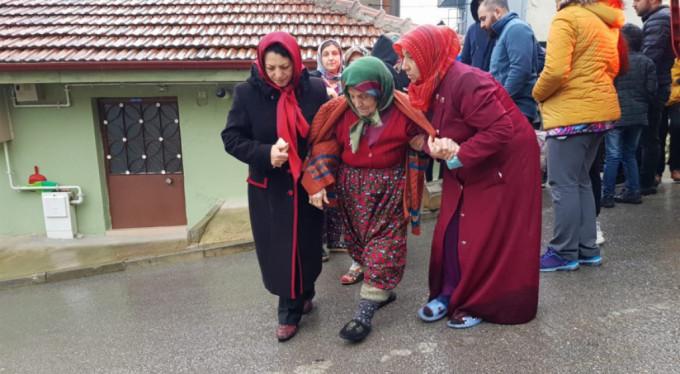 93 yaşındaki kadını yanmaktan komşuları kurtardı