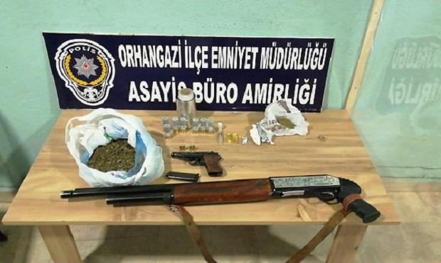 Orhangazi'de Durdurulan Araçta Uyuşturucu İle Silah Ele Geçirildi..