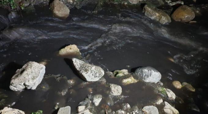 İznik Gölüne Akan Siyah Suyun Sebebi Gizemini Koruyor