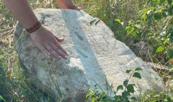 Tarlasında 2 bin yıllık kitabe buldu
